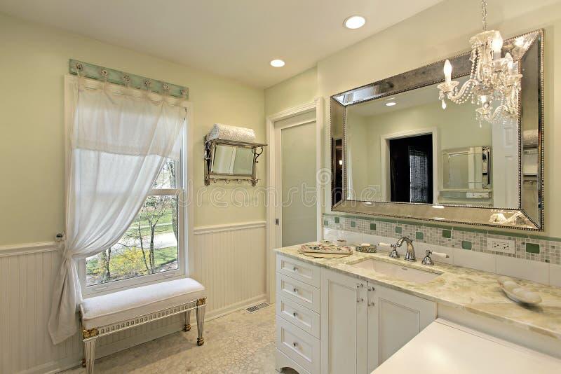 Λουτρό με άσπρο cabinetry στοκ φωτογραφία με δικαίωμα ελεύθερης χρήσης