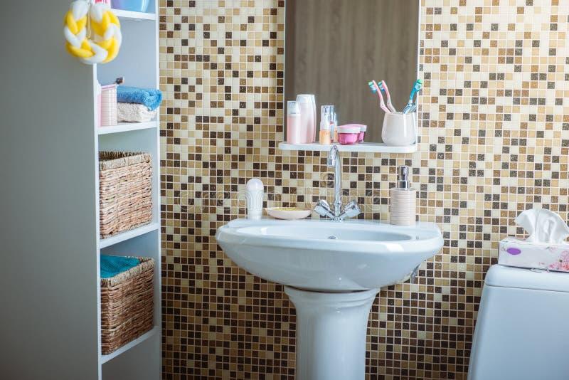 Λουτρό με την τουαλέτα και το νεροχύτη στοκ φωτογραφίες