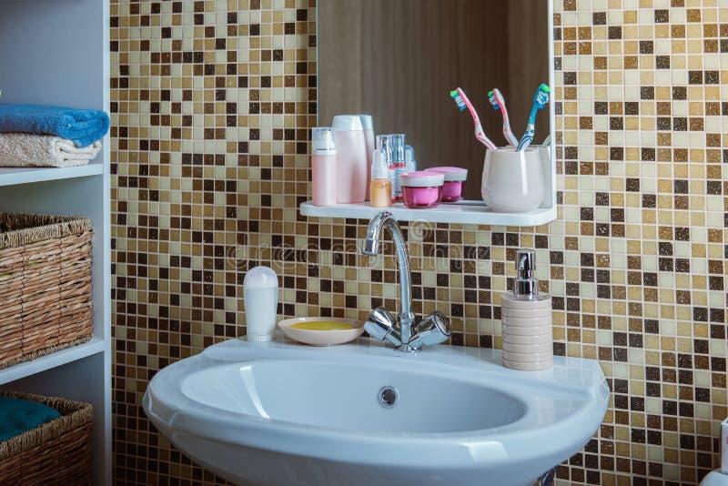 Λουτρό με την τουαλέτα και το νεροχύτη στοκ εικόνα