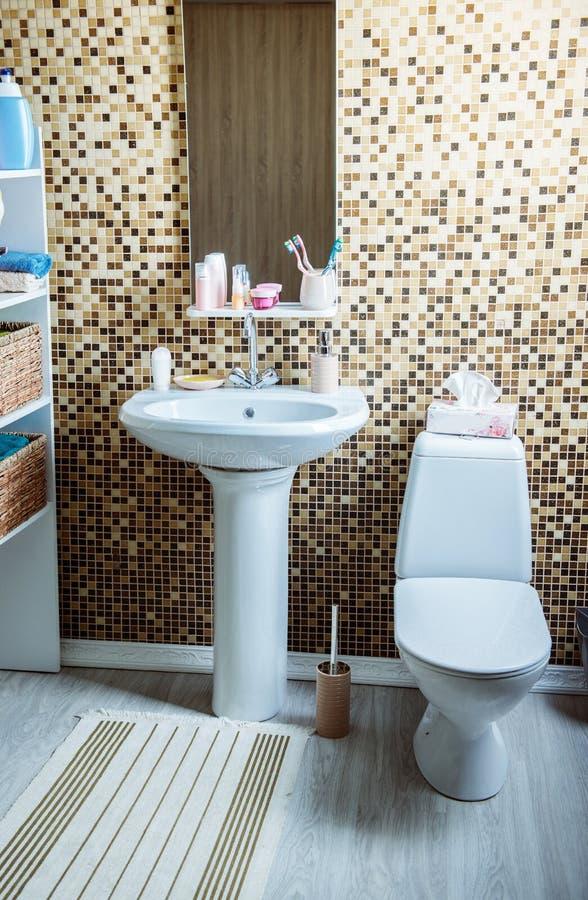 Λουτρό με την τουαλέτα και το νεροχύτη στοκ εικόνες