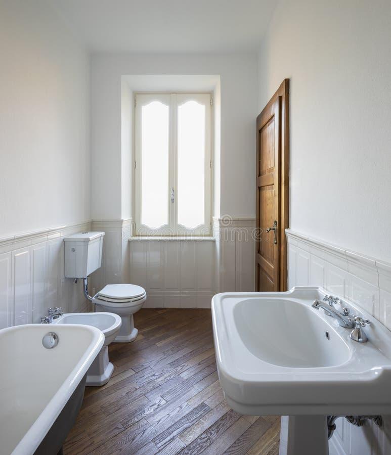 Λουτρό με τους άσπρους τοίχους και τη μεγάλη μαύρη μπανιέρα στοκ φωτογραφία με δικαίωμα ελεύθερης χρήσης