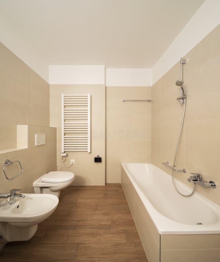 Λουτρό μπροστινής άποψης με το κεραμίδι, την μπανιέρα και τη θέρμανση στοκ εικόνες με δικαίωμα ελεύθερης χρήσης