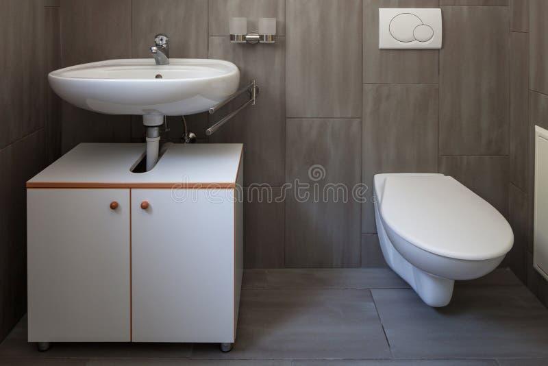 Λουτρό μπροστινής άποψης με το νεροχύτη και την τουαλέτα στοκ εικόνες με δικαίωμα ελεύθερης χρήσης