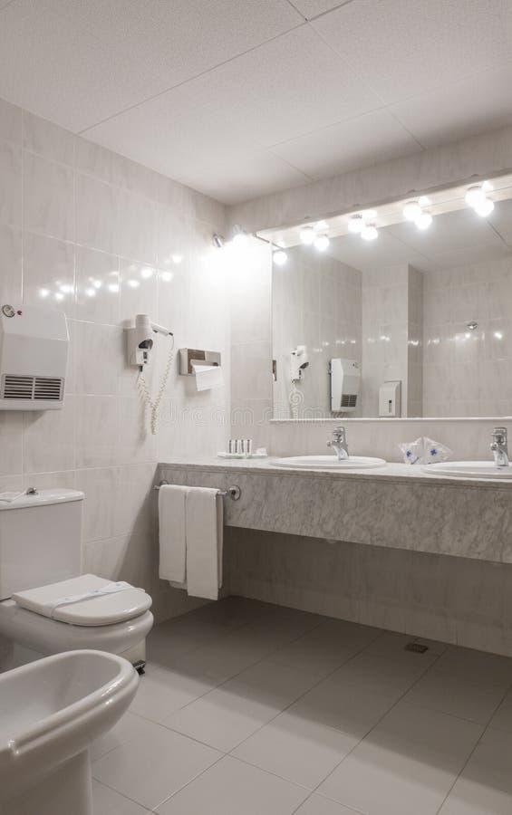 Λουτρό πολυτέλειας στο τεσσάρων αστέρων ξενοδοχείο στοκ εικόνα με δικαίωμα ελεύθερης χρήσης