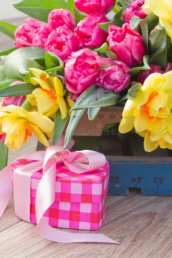 Λουλούδια άνοιξη με το κιβώτιο δώρων στοκ εικόνες