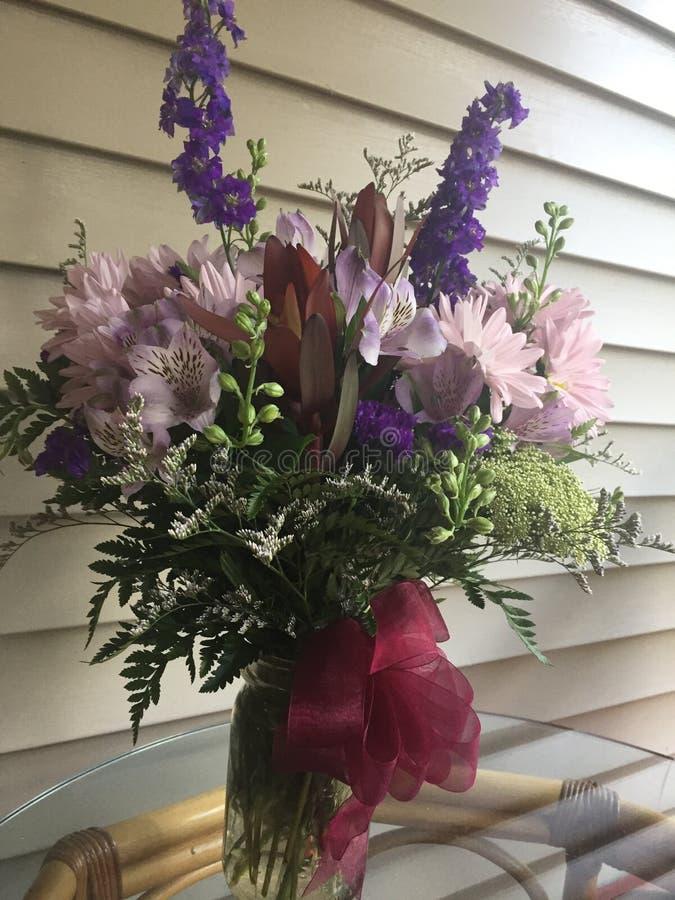 Λουλούδια βάζων του Mason στοκ εικόνες