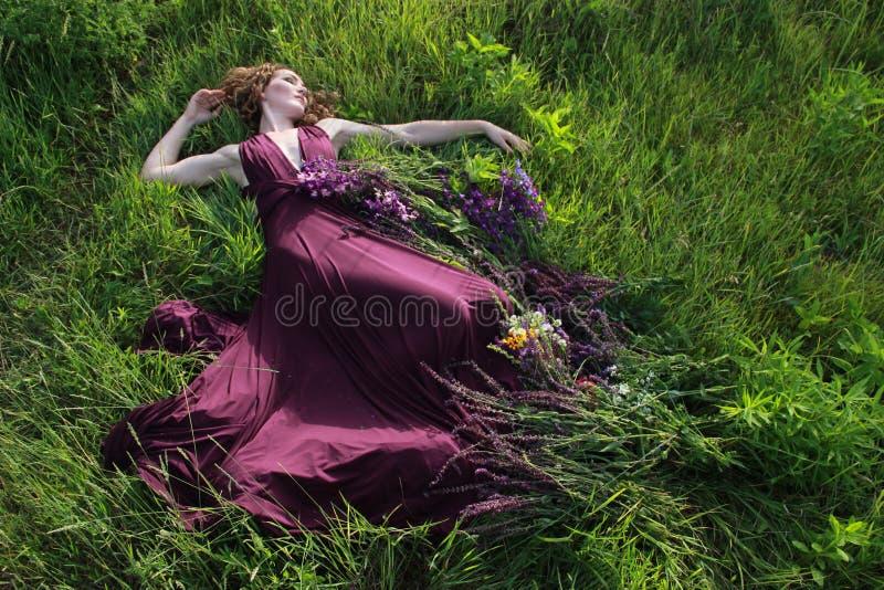 Λουλούδια γύρω από το κορίτσι στοκ φωτογραφία με δικαίωμα ελεύθερης χρήσης