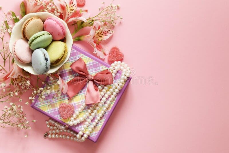 Λουλούδια και macaroons στοκ εικόνα