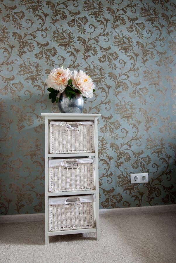 Λουλούδια σε ένα βάζο στον πίνακα πλευρών δωμάτιο εικόνας θερμό στοκ εικόνα