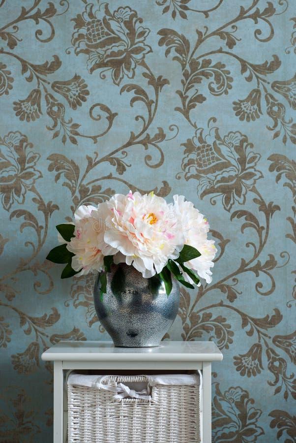 Λουλούδια σε ένα βάζο στον πίνακα πλευρών δωμάτιο εικόνας θερμό στοκ εικόνες