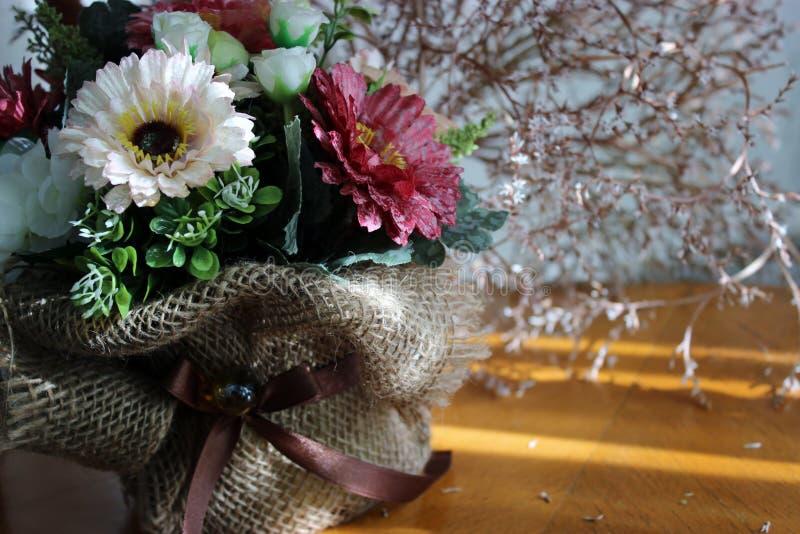 Λουλούδια σε ένα καλάθι στοκ εικόνα