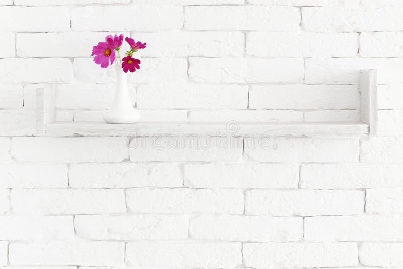 Λουλούδια σε ένα ράφι στοκ φωτογραφίες