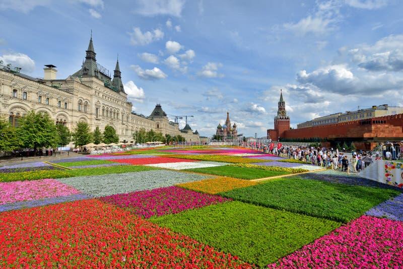 Λουλούδια στην κόκκινη πλατεία στοκ εικόνες με δικαίωμα ελεύθερης χρήσης