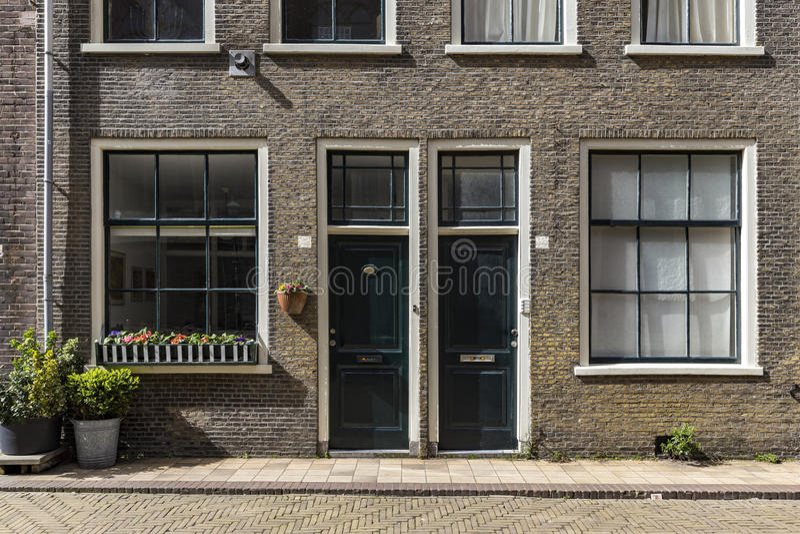 Λουλούδια στη μπροστινή πόρτα στοκ φωτογραφίες με δικαίωμα ελεύθερης χρήσης
