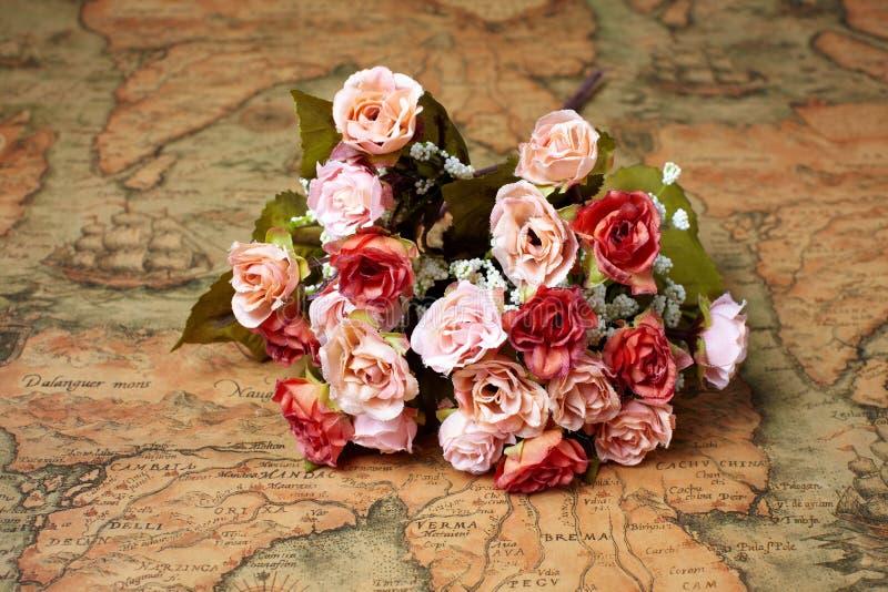Λουλούδια στον αρχαίο χάρτη στοκ εικόνες