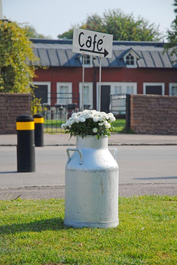 Λουλούδια στο καρδάρι γάλακτος στοκ φωτογραφίες