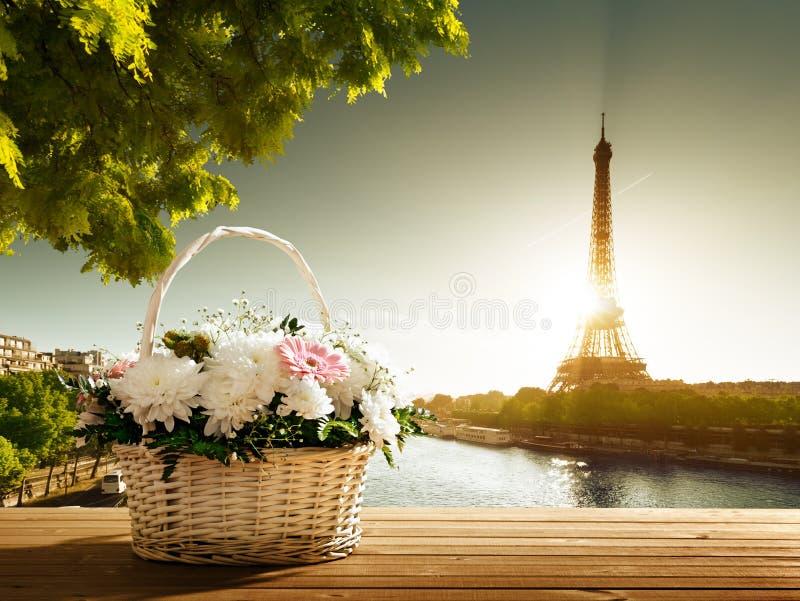 Λουλούδια στο καλάθι και τον πύργο του Άιφελ στοκ φωτογραφίες με δικαίωμα ελεύθερης χρήσης