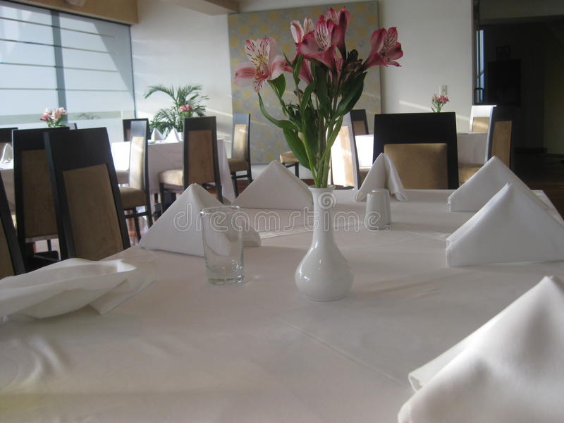Λουλούδι πέρα από τον πίνακα στο εστιατόριο στοκ φωτογραφίες