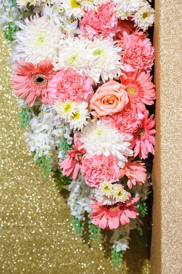 Λουλούδι που διακοσμείται στη σκηνή γαμήλιου σκηνικού στοκ εικόνα