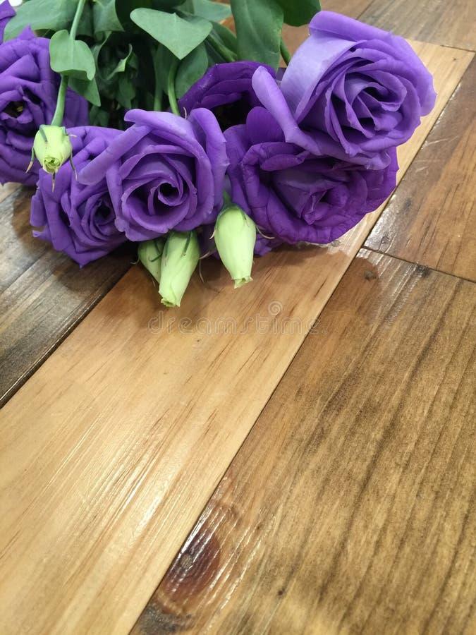 Λουλούδι Lysianthus στο ξύλινο υπόβαθρο στοκ φωτογραφία με δικαίωμα ελεύθερης χρήσης
