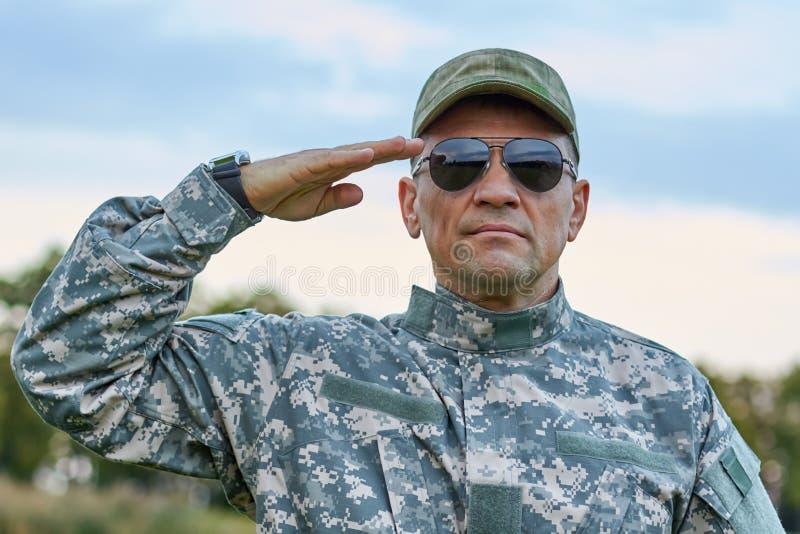 Λοχίας στα γυαλιά ηλίου που χαιρετίζει το πορτρέτο στοκ φωτογραφία με δικαίωμα ελεύθερης χρήσης