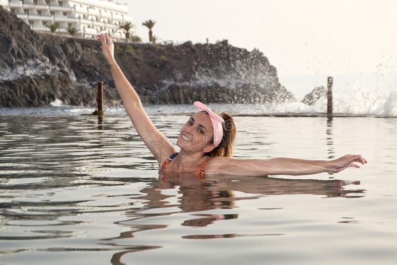 Λούσιμο γυναικών σε μια φυσική λίμνη στοκ εικόνες