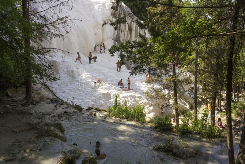 Λούσιμο Eople στις φυσικές θερμικές λίμνες Bagni SAN Filippo στην Τοσκάνη, Ιταλία στοκ εικόνες με δικαίωμα ελεύθερης χρήσης