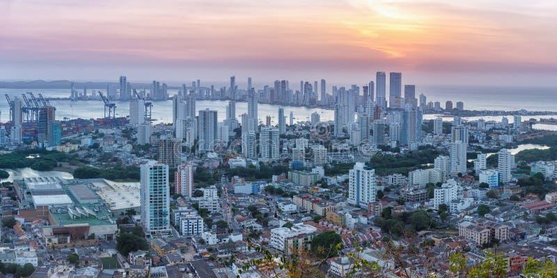 Λυκόφως ηλιοβασιλέματος ουρανοξυστών πόλεων της Κολομβίας πανοράματος οριζόντων της Καρχηδόνας στοκ εικόνες
