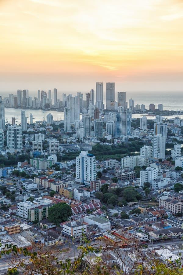 Λυκόφως ηλιοβασιλέματος ουρανοξυστών σχήματος πορτρέτου θάλασσας πόλεων της Κολομβίας οριζόντων της Καρχηδόνας στοκ εικόνες με δικαίωμα ελεύθερης χρήσης