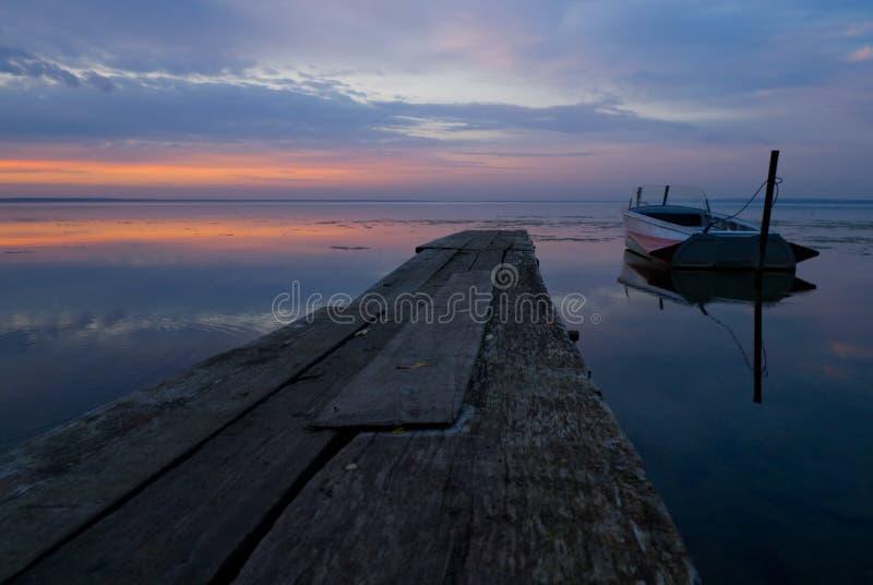 λυκόφως λιμνών βαρκών στοκ φωτογραφία με δικαίωμα ελεύθερης χρήσης