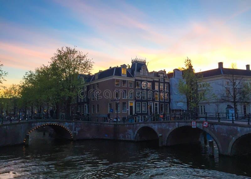 Λυκόφως του Άμστερνταμ κτηρίου και καναλιών netherland στοκ εικόνα