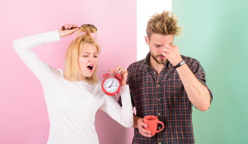 Λυπηθείτε για το πρόσφατο καθεστώς Ξυπνώντας ξυπνητήρι πρωινού ζεύγους Δημιουργήστε το υγιές καθεστώς υπολοίπου στον αρκετά ύπνο  στοκ εικόνα με δικαίωμα ελεύθερης χρήσης