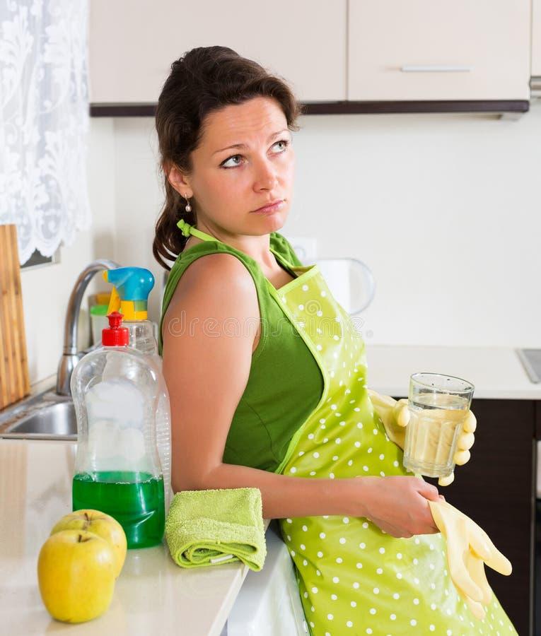 Λυπημένα θηλυκά καθαρίζοντας έπιπλα στοκ φωτογραφία με δικαίωμα ελεύθερης χρήσης
