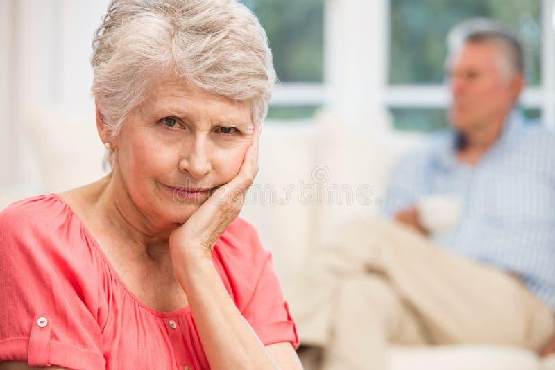 Λυπημένη ανώτερη γυναίκα μετά από να υποστηρίξει με το σύζυγο στοκ εικόνες