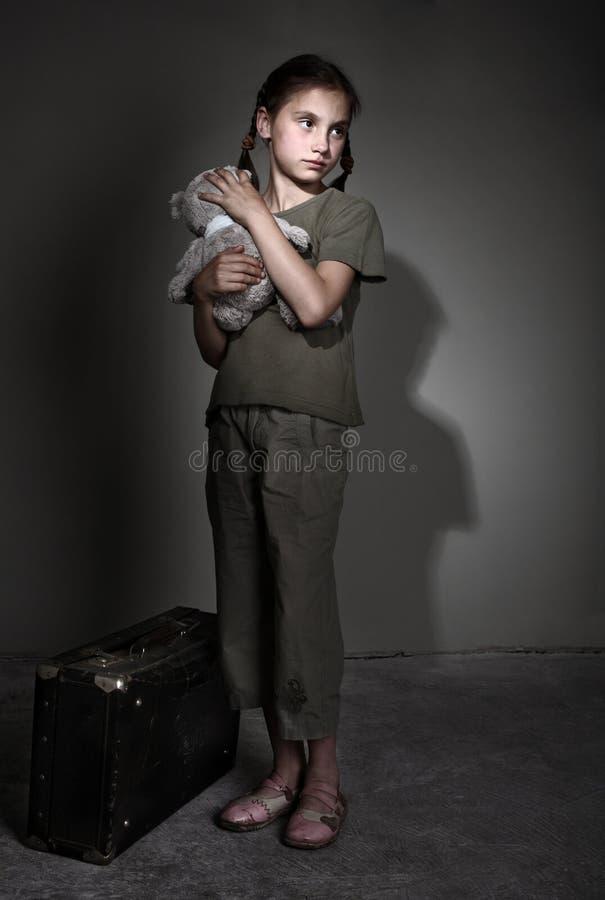 λυπημένη βαλίτσα παιδιών στοκ εικόνα με δικαίωμα ελεύθερης χρήσης