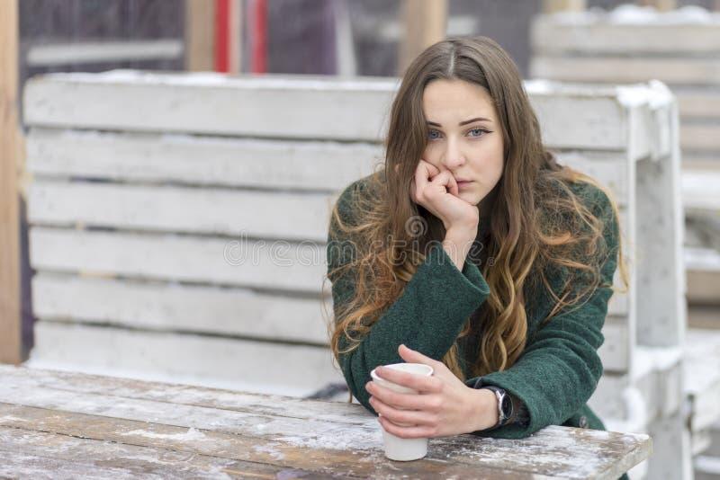 Λυπημένη γυναίκα με ένα φλιτζάνι του καφέ στοκ φωτογραφία με δικαίωμα ελεύθερης χρήσης