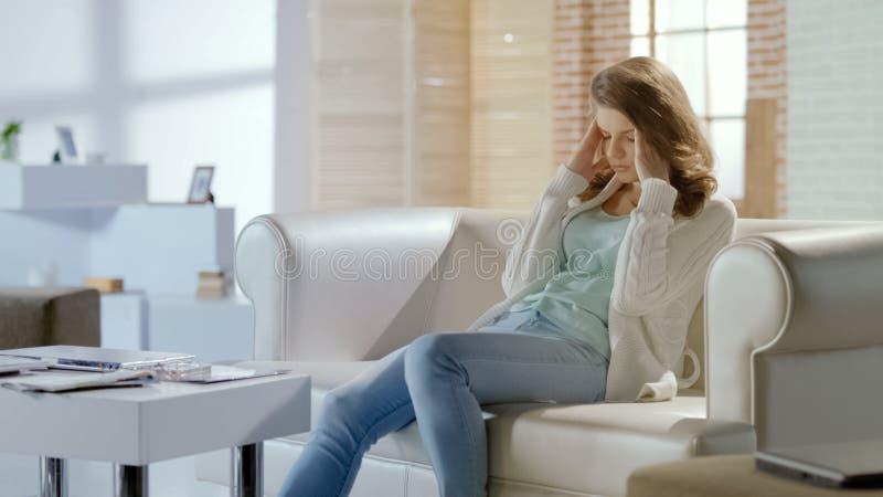 Λυπημένη γυναίκα που υφίσταται τον πονοκέφαλο, που ανησυχεί για τα προβλήματα, χρόνια ημικρανία, pms στοκ φωτογραφία με δικαίωμα ελεύθερης χρήσης