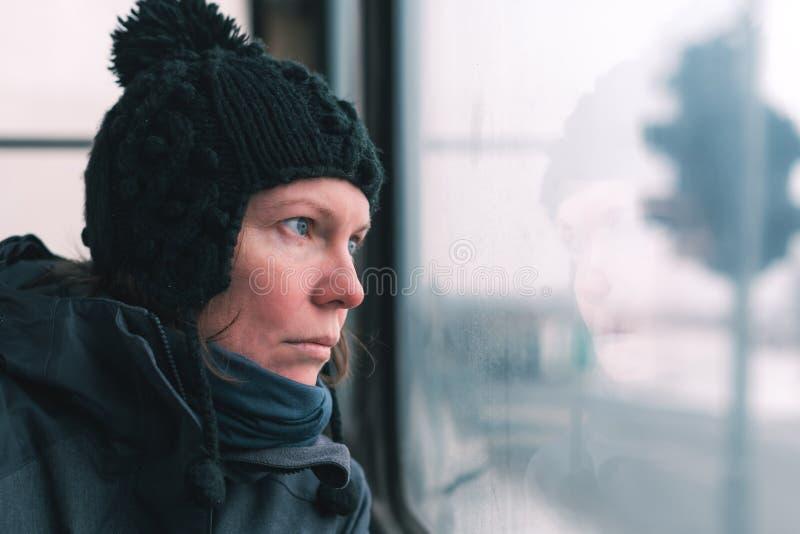 Λυπημένη γυναίκα στο λεωφορείο που κοιτάζει μέσω του παραθύρου στοκ φωτογραφία με δικαίωμα ελεύθερης χρήσης
