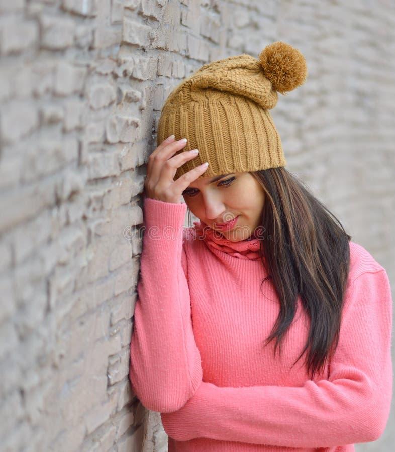 Λυπημένη και καταθλιπτική γυναίκα βαθιά στη σκέψη υπαίθρια με το διάστημα αντιγράφων στοκ φωτογραφία με δικαίωμα ελεύθερης χρήσης