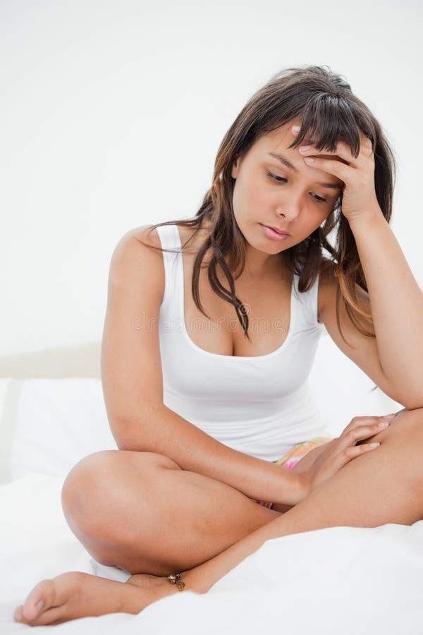 Λυπημένη νέα γυναίκα στην πυτζάμα στοκ εικόνες με δικαίωμα ελεύθερης χρήσης