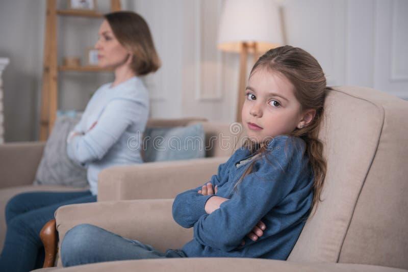Λυπημένη συνεδρίαση κοριτσιών στον καναπέ στοκ εικόνες