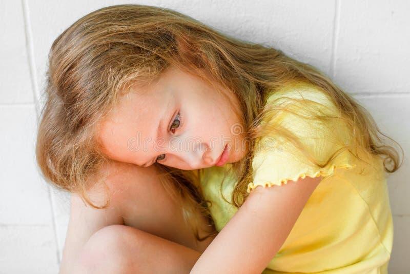 Λυπημένο μικρό κορίτσι στοκ εικόνα