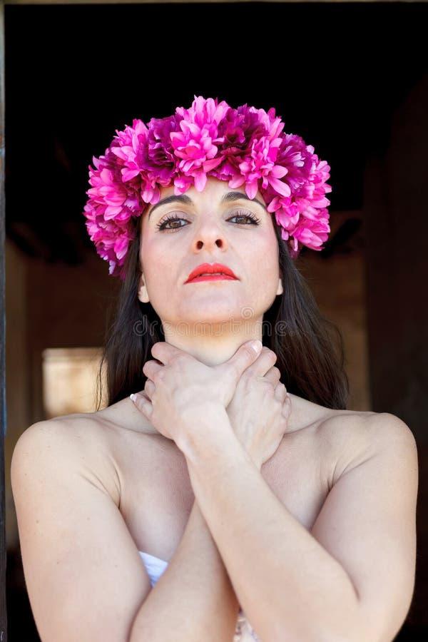 Λυπημένη ώριμη γυναίκα με ένα ανθισμένο στεφάνι στο κεφάλι στοκ εικόνες με δικαίωμα ελεύθερης χρήσης