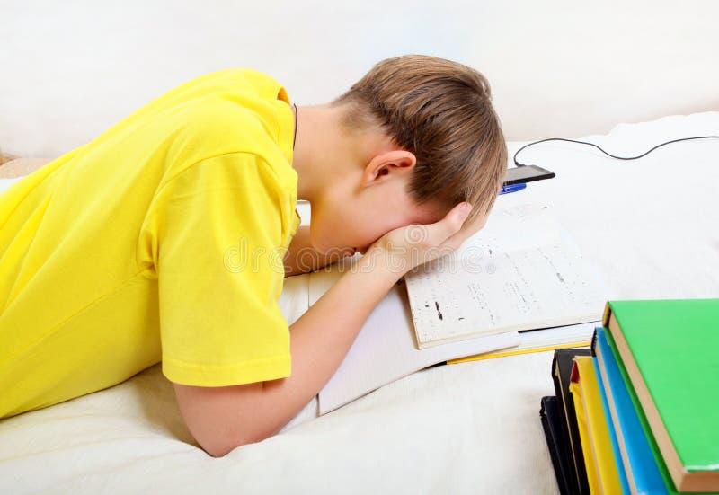 Λυπημένος έφηβος που κάνει την εργασία στοκ εικόνες με δικαίωμα ελεύθερης χρήσης