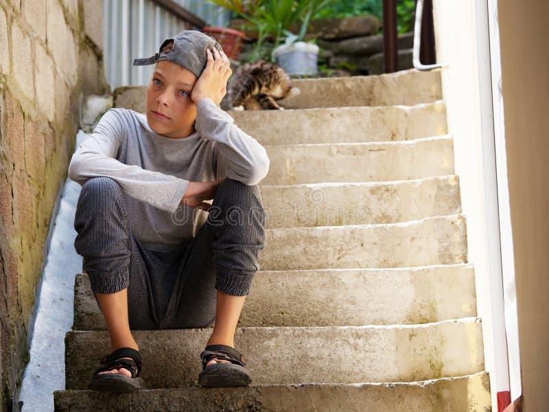 Λυπημένος έφηβος υπαίθρια στοκ εικόνα με δικαίωμα ελεύθερης χρήσης