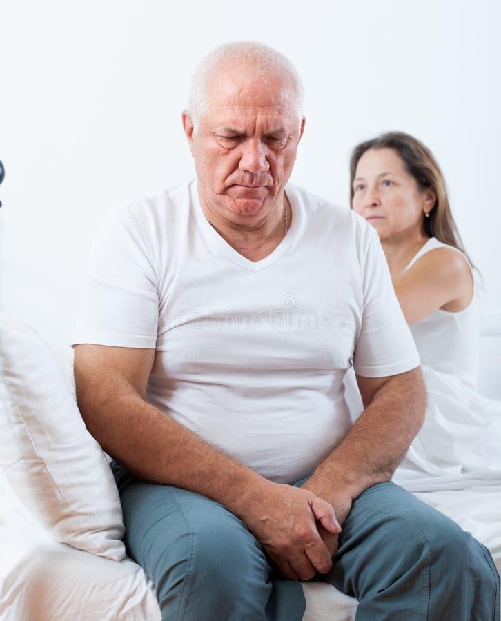 Λυπημένος ανώτερος άνδρας κοντά στη λυπημένη γυναίκα στοκ εικόνες με δικαίωμα ελεύθερης χρήσης