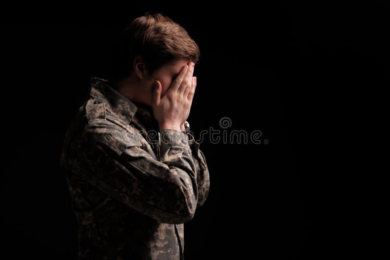 Λυπημένος αρσενικός μαθητής στρατιωτικής σχολής που αισθάνεται ανίσχυρος στοκ φωτογραφία με δικαίωμα ελεύθερης χρήσης