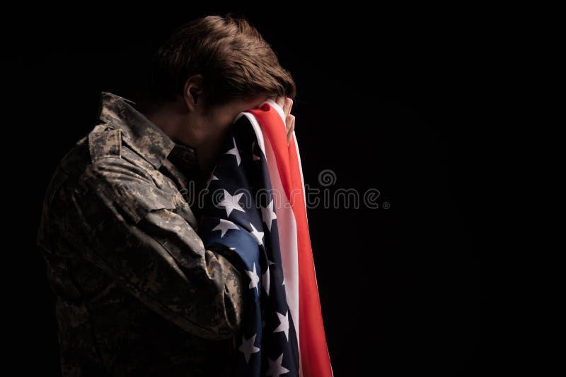 Λυπημένος αρσενικός στρατιώτης που αισθάνεται ανίσχυρος στοκ εικόνες με δικαίωμα ελεύθερης χρήσης