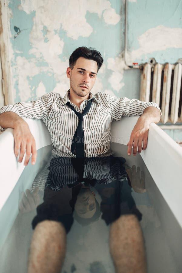 Λυπημένος επιχειρηματίας στην μπανιέρα, έννοια ατόμων αυτοκτονίας στοκ φωτογραφίες