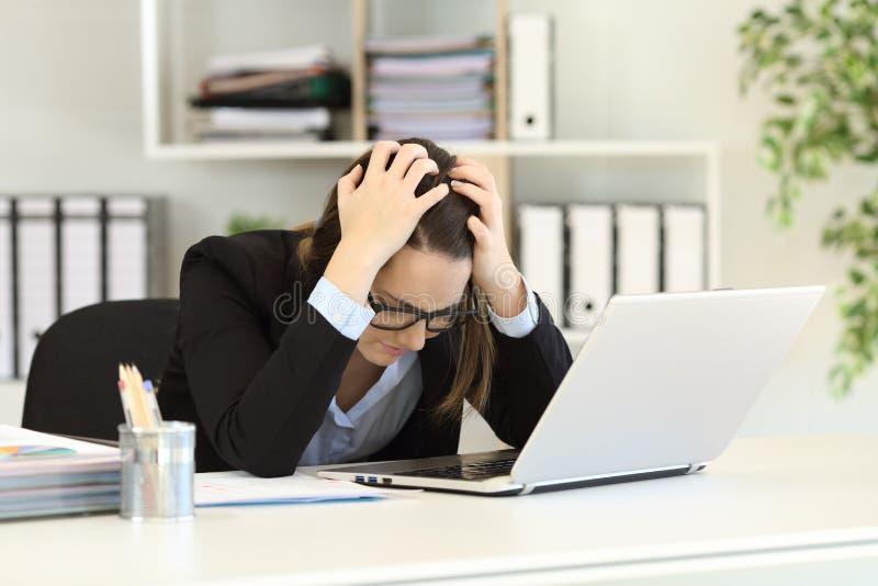 Λυπημένος εργαζόμενος γραφείων που παραπονιέται μετά από την πτώχευση στοκ φωτογραφία με δικαίωμα ελεύθερης χρήσης
